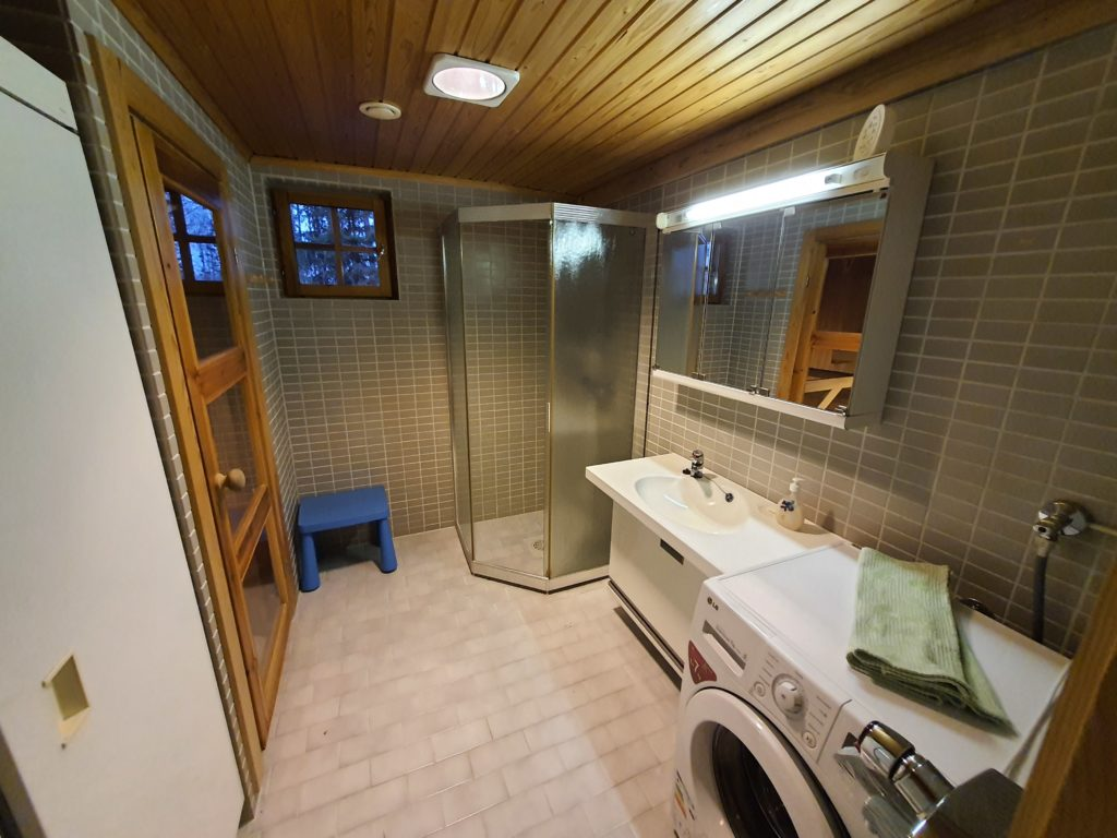 Kylpyhuone, pesukone ja kuivauskaappi